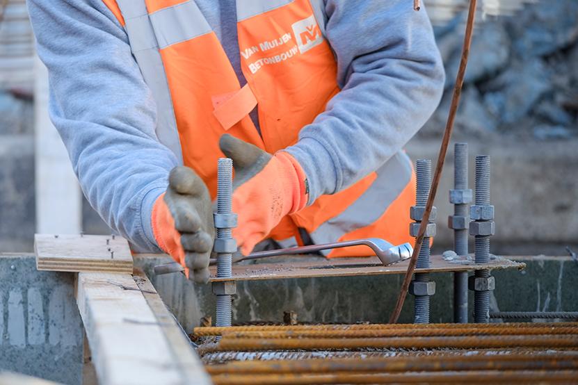 Van Muijen Betonbouw medewerker aan het werk in de betonbouw